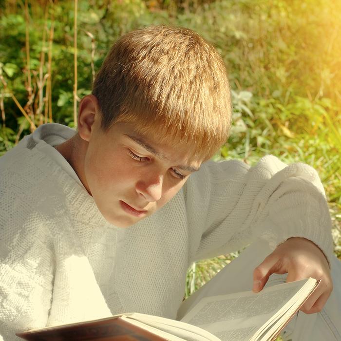 Ung dreng læser